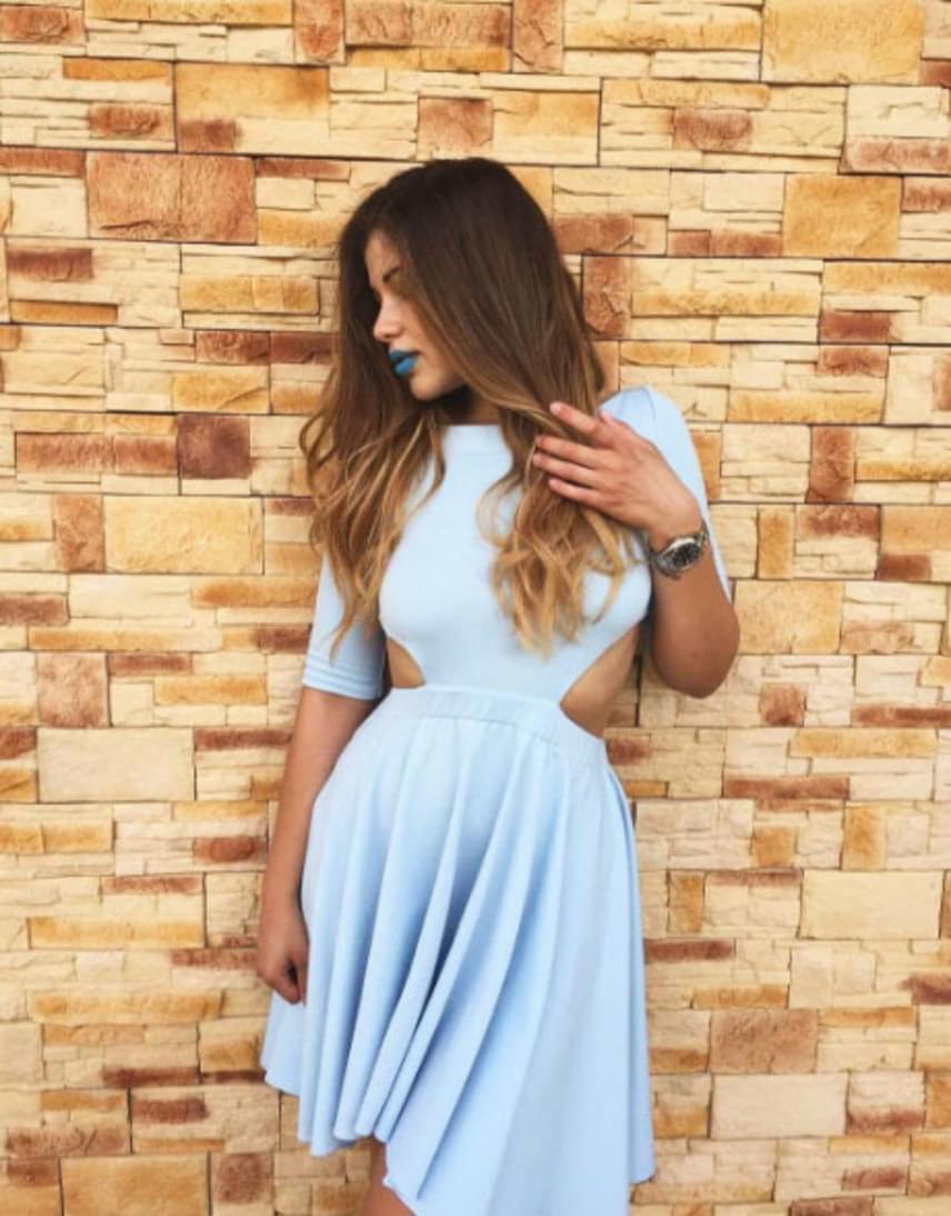 Győzike 22 éves lánya nemcsak púderkék ruhájával, hanem a kék színű rúzzsal is felhívta magára a figyelmet.