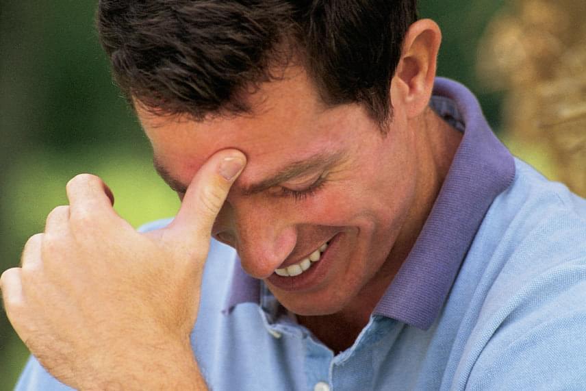 A férfi zavara egyike lehet a legnyilvánvalóbb jeleknek: ha lesüti tekintetét, miközben el-elneveti magát, szinte biztos, hogy nem közömbös. Számára is nyilvánvaló lehet, hogy zavara látványos, ezért kezét gyakran az arca elé emelve próbálhatja leplezni azt.