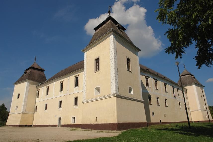 A sors mókás fordulata, hogy Győrvár szomszédságában, szintén Vas megyében található Egervár. Természetesen ennek sincs köze a tőle 340 kilométerre fekvő hevesi megyeszékhelyhez, a nevét egyes források a környéken gyakori égerfákból eredeztetik.