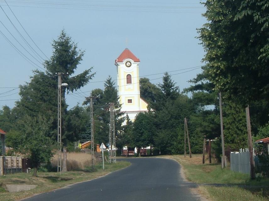 Győr várától nagyjából 120 kilométer távolságra fekszik Győrvár. A közel 600 lelkes település nevének eredete bizonytalan, egyes kutatók szerint valóban a megyeszékhelytől függetlenül kapta, egy György nevű földbirtokos vára után.