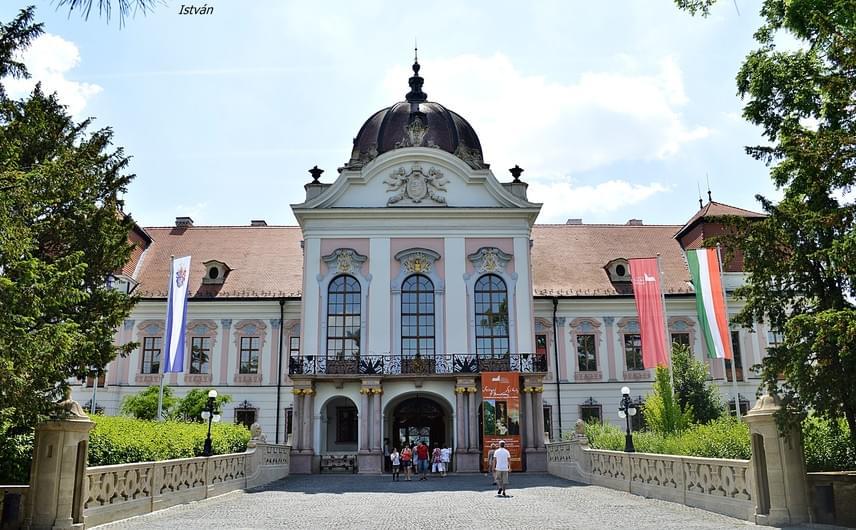 Gödöllői kastély                         A kastély koronázási ajándékként a királyi pár pihenőrezidenciája lett. A déli szárnyban alakították ki Erzsébet királyné lakosztályát, ahol kívánságára az ibolyaszín volt a meghatározó. Erzsébet szobái mellett volt Ferenczy Idának, Sissi bizalmasának a lakosztálya, azután következtek a királyi gyermekek szobái. A kastély eredeti berendezéséből kevés maradt fenn. Gödöllőn már sokkal jobban érezte magát Erzsébet királyné, ugyanis mindenki az ő kívánságát leste.