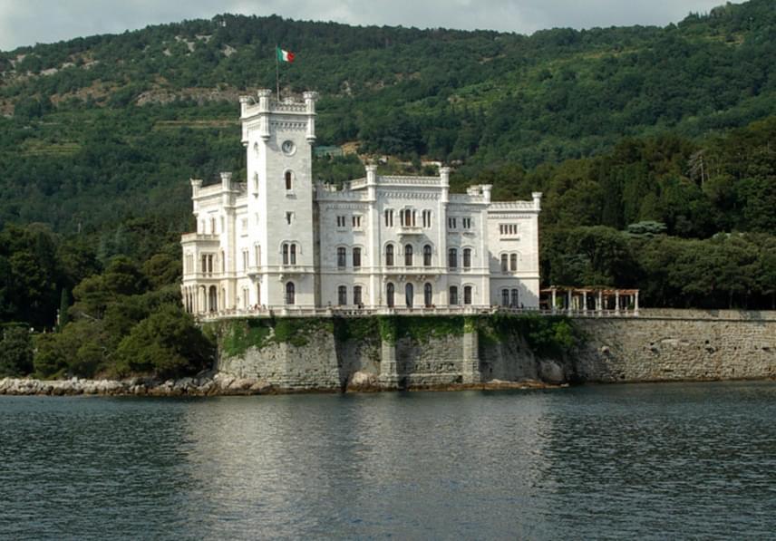 Miramare-kastélyHabsburg Miksa osztrák főherceg, Ferenc József bátyja és annak felesége, Sarolta hercegnő építtették a Miramare-kastélyt az olaszországi Trieszti-öbölben. Sissi is gyakran megfordult a varázslatos kastélyban, melyhez egy 22 hektáros, gyönyörű tengerparti park is tartozott.