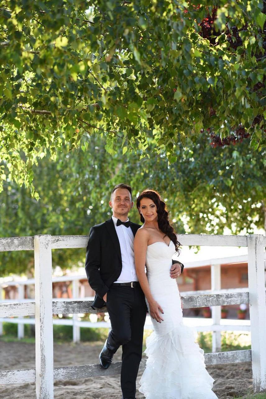 Az esküvőt egy csodaszép fekvésű, tóval határolt ranchen tartottak, 140 vendéget hívtak meg.