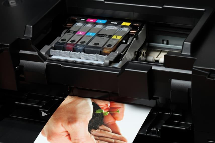 A számítógép olyan kiegészítő berendezéseit is fontos áramtalanítani, mint amilyen például egy tintasugaras nyomtató, melynek esetében az energiapazarlás 79 kWh.