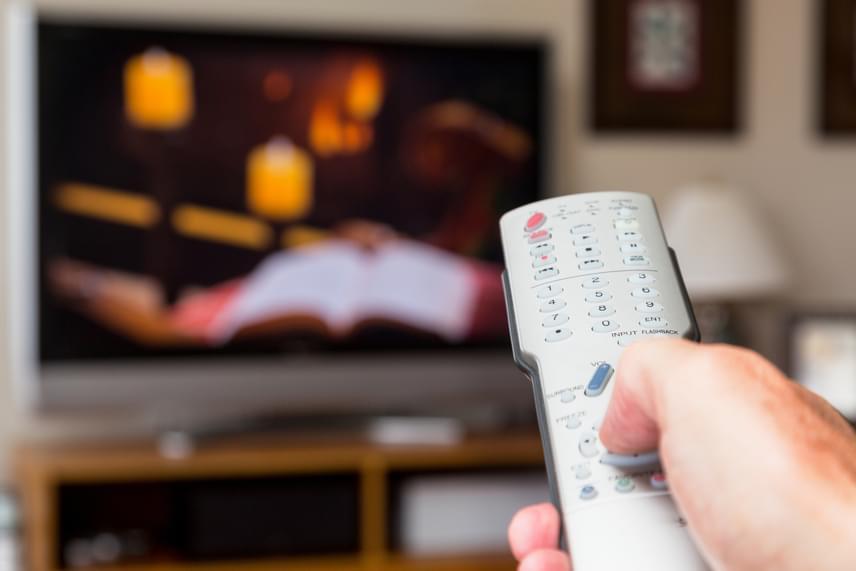 Az ELMŰ-ÉMÁSZ információi szerint egy színes televízió energiapazarlása éves szinten 51 kWh készenléti üzemmódban hagyva.