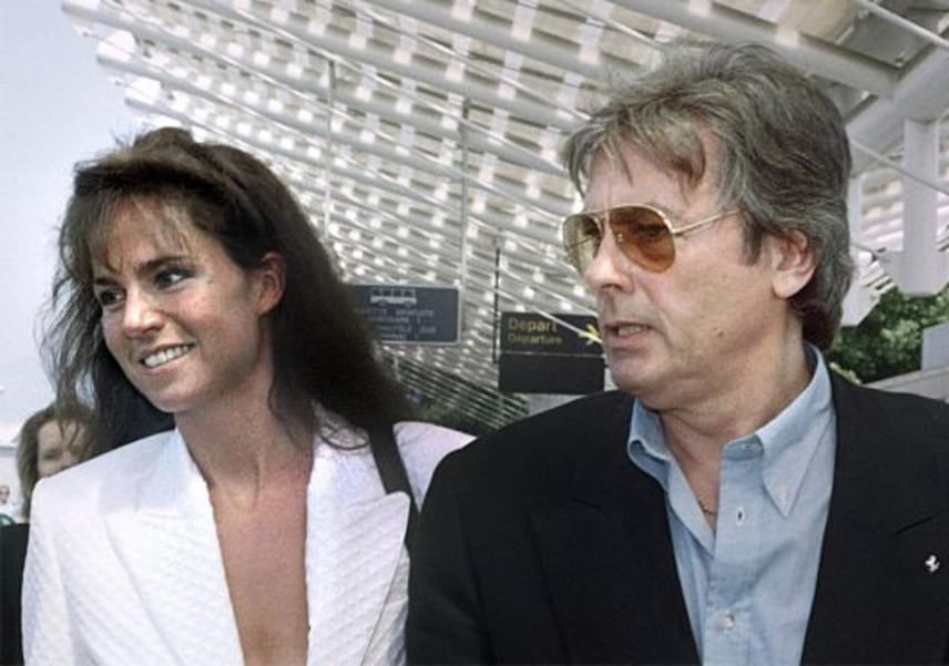 Alain Delon második felesége a nála 30 évvel fiatalabb Rosalie van Breemen modell volt, akivel 1987-től 2001-ig éltek házasságban. Azóta csak alkalmi partnerei vannak, még túl a nyolcadik x-en sem hajlandó lekötni magát.