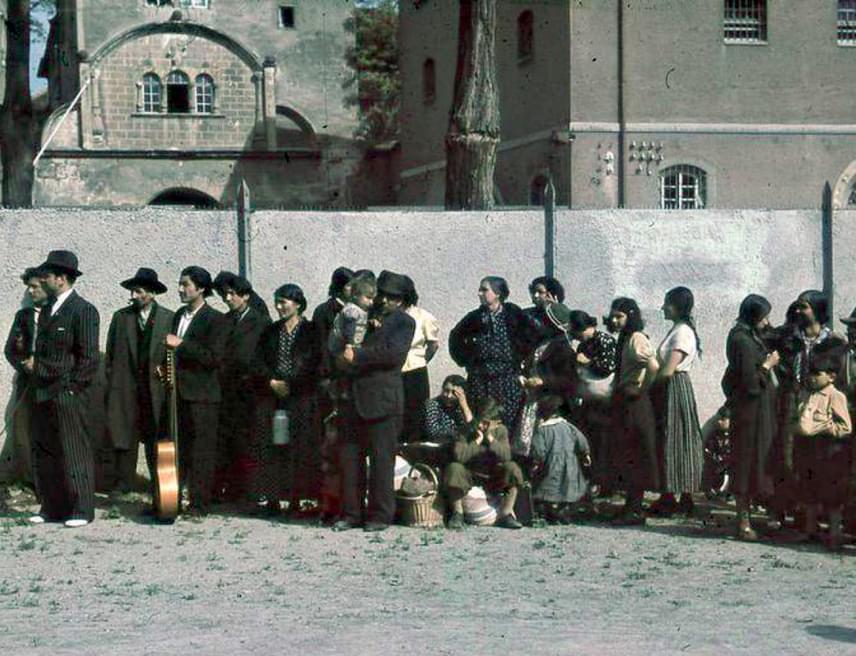 Kitoloncolt roma civileket fotóztak Aspergnél 1940-ben. A csoportokat munkatáborba küldték, ahol aztán az érintettek jelentős része életét vesztette.