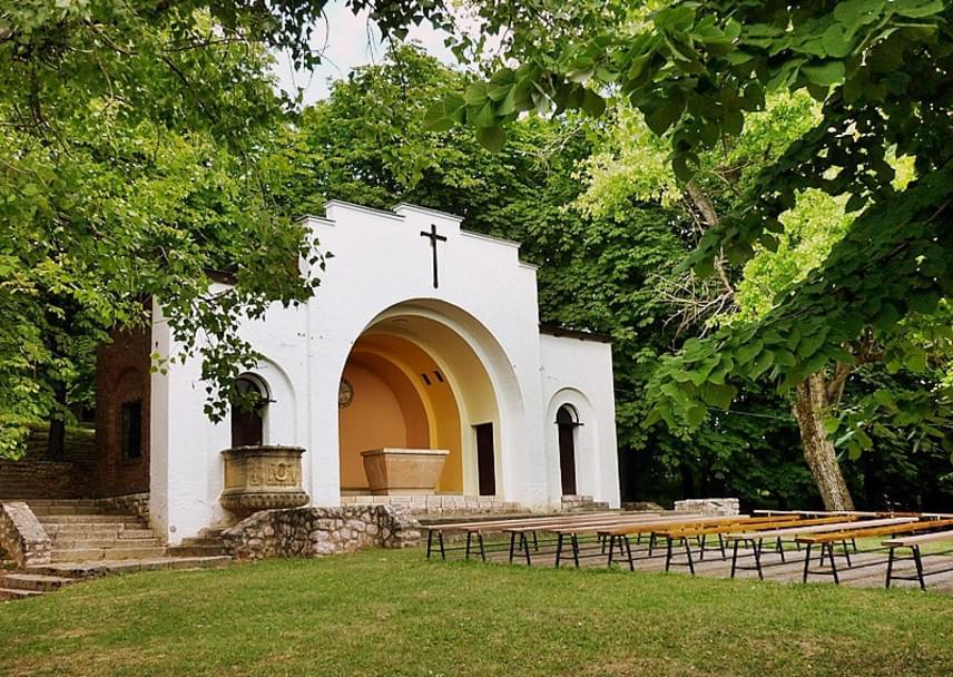 MáriagyűdHazánk egyik legősibb kegyhelye, Máriagyűd Pécstől 25 kilométerre található. Az első szobrot 1006-ban állították a kultikus helyen, akkor épült a kőből készült kápolna is. A ma kiállított szobor 1713-ban került a helyére, azóta segíti a hívőket. A helyhez számtalan gyógyulást és jelentést kötnek. A gyógyulások miatt a templom 1805-től hivatalosan is kegyhelynek számít, 2008-ban a bazilika címet is megkapta. Híres búcsújáró hely, a szám magáért beszél: évente ötszázezren látogatnak el Máriagyűdre.