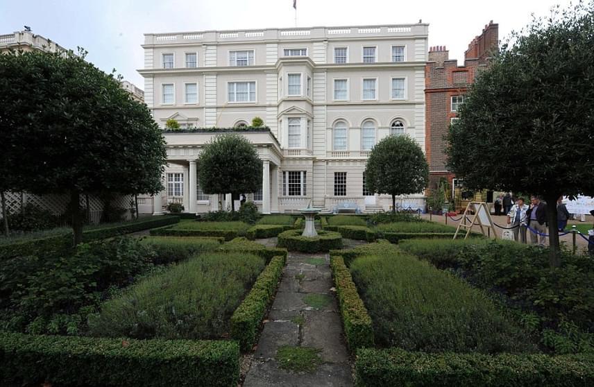 A gyönyörű Clarence House London szívében foglal helyet. Tartozik hozzá egy kis művelhető terület is, ugyanis Károly herceg legkedvesebb elfoglaltsága a kertészkedés.