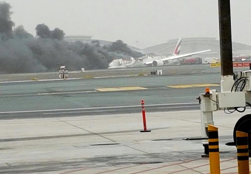 Ez az első fotók egyike, ami a hatalmas füstről napvilágot látott: egy helyszínen tartózkodó utas töltötte fel a Twitterre kevéssel 11 óra után.