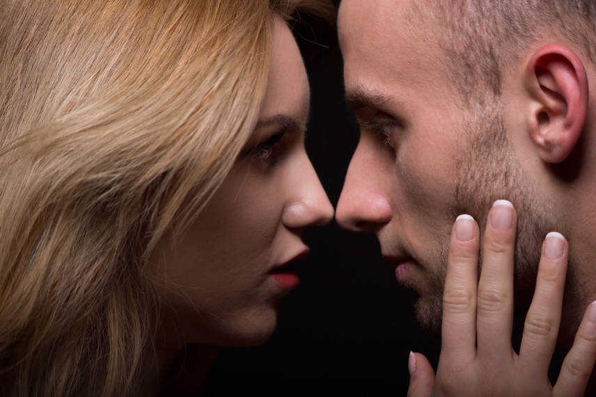 Az arc simogatása igazán intim dolog, még ha elsőre nem is gondolnak erre a legtöbben. Az érzelmek kifejezésének egyik legszebb és legjobban érezhető módja, ha valaki a társa arcát szeretgeti. Nincs olyan férfi, aki ne vágyna arra, hogy megkapja ezt a nőtől.