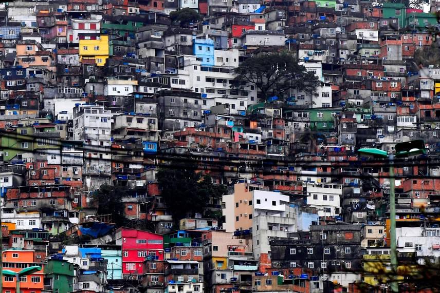 Bár Rio vezetése egy ideig próbálta fenntartani a boldog, gazdag és napfényes város látszatát, az utóbbi időben kiderült, hogy ez sajnos nem teljesen igaz: létezik ugyanis egy tengerparti nyomornegyed, a Rocinha favela, ahol az emberek borzalmas körülmények között élnek.