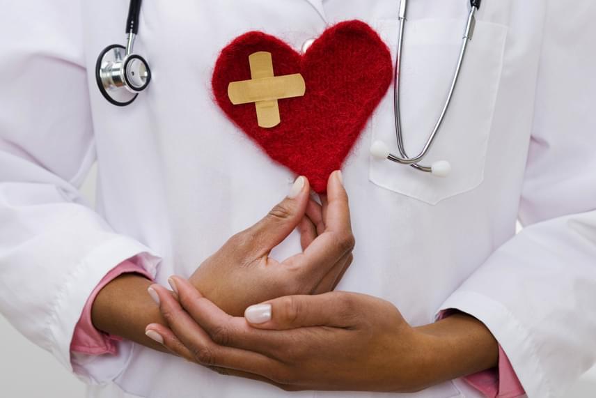 A cukor elhagyása révén megóvhatod a szíved, legalábbis csökkentheted a fogyasztásával összefüggő szívbetegségek kialakulásának kockázatát, a hozzáadott cukor fogyasztása ugyanis drasztikus mértékben megemelheti a vércukorszintet, ami növeli a vérnyomást és a pulzust is, károsítva ezzel a szívet és az érrendszert.