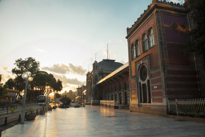 Az utazás során a vonatozók több élményt élhettek át, mint az amerikai transzkontinentális expresszekkel közlekedők. Számtalan történet kering az expresszen történt esetekről. Agatha Christie is utazott a legendás szerelvényen, ami egyik legjobb krimijét ihlette. A képen az utolsó megálló, az isztambuli állomás látható.