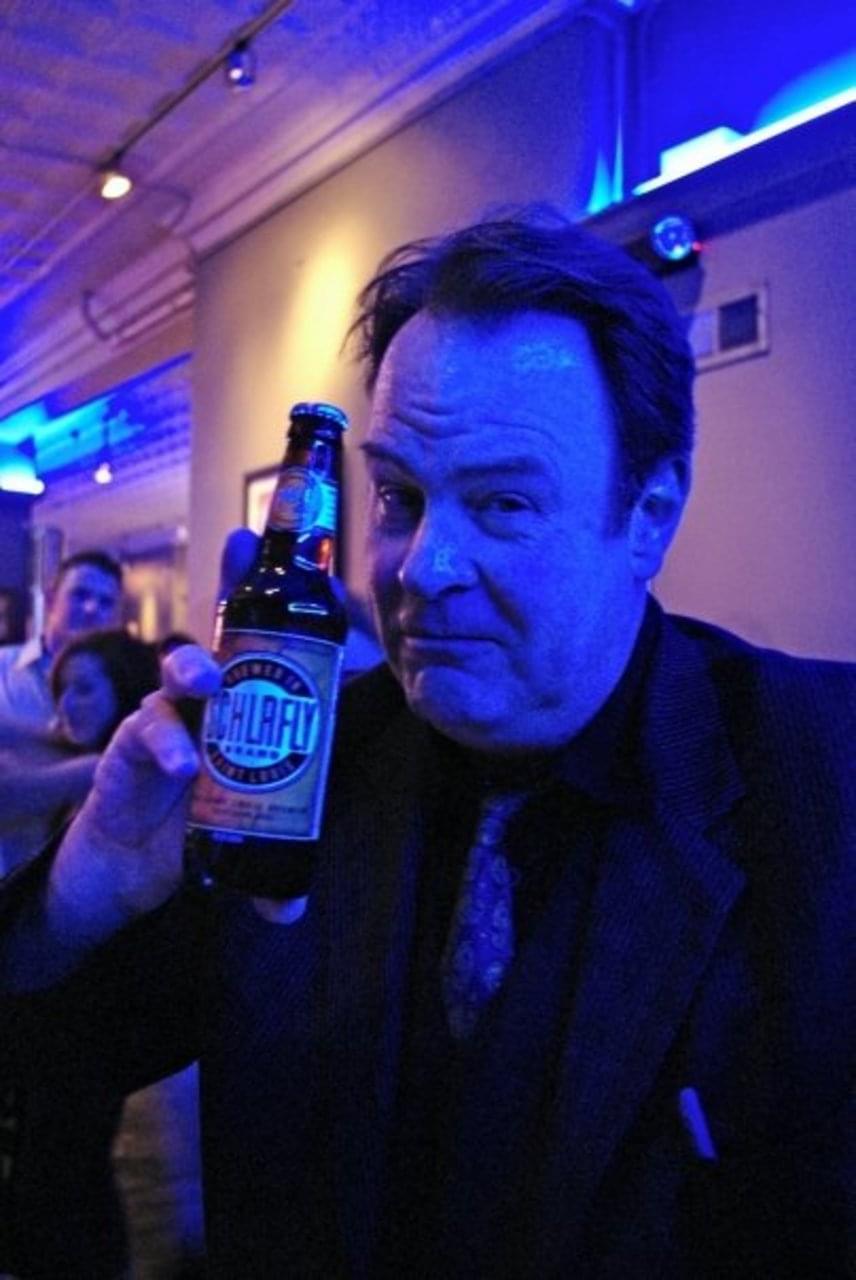 Dan Aykroyd, a Blues Brothers és a Csúcsfejek sztárja a Schlafly Pale Ale nevű sörre esküszik, amit a Szent Grálként tart a kezében.