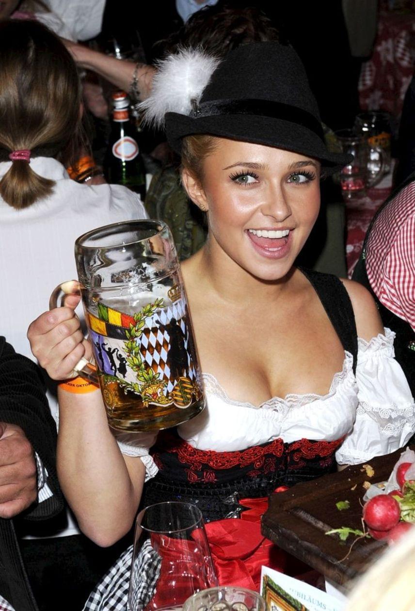 Hayden Panettiere óriási korsóval és autentikus viseletben ünnepli Münchenben az Oktoberfestet. Ki hitte volna a törékeny 26 éves amerikai színésznőről, hogy ennyire szeret sörözni?