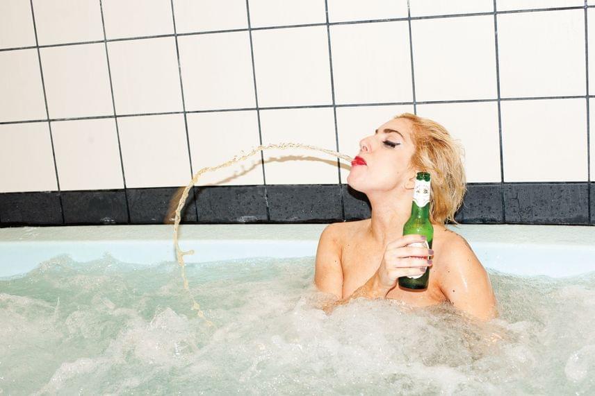 Az extravagáns amerikai popdíva, Lady Gaga is közismerten nagy sörrajongó, de ez az üveg sör talán túlságosan is felmelegedett a hosszúra nyúlt fotózás közben.