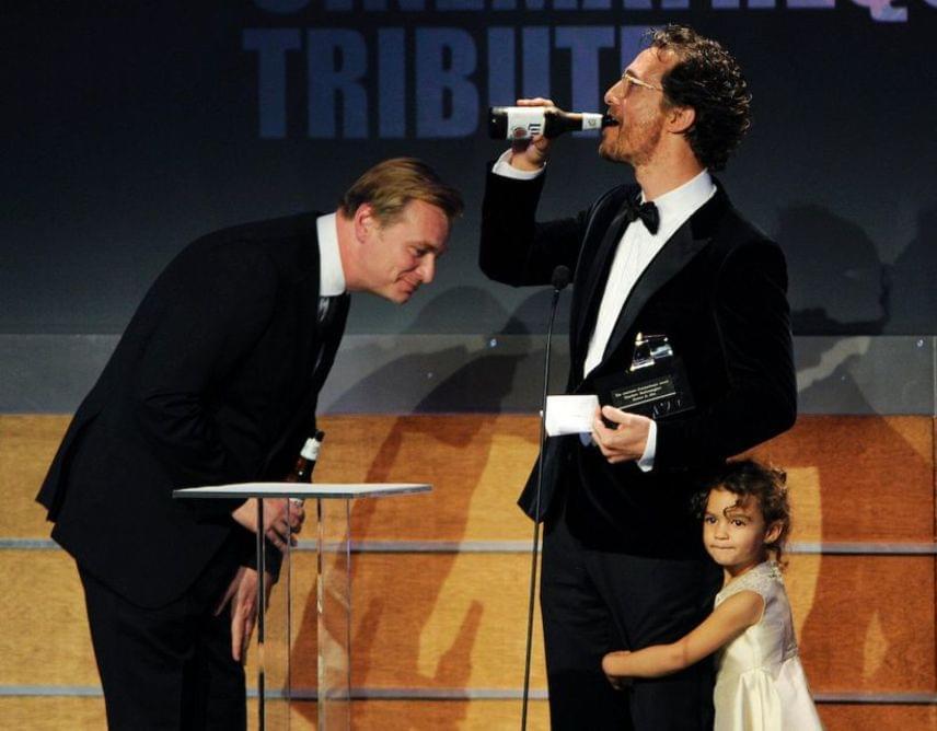 Az Oscar-díjas Matthew McConaughey egy díjat vett át Christopher Nolan rendezőtől, aki két üveg sörrel érkezett a gálára. Koccintottak is, a cuki kislány Vida Alves McConaughey.