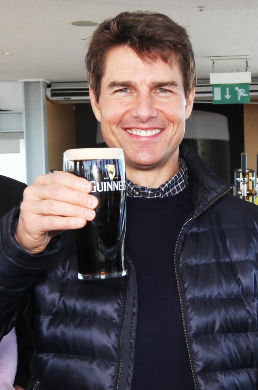 Tom Cruise önfeledt mosolya mindent elárul arról, hogy milyen jóleső érzés is tud lenni egy korsó hideg Guinness-szel zárni a napot.