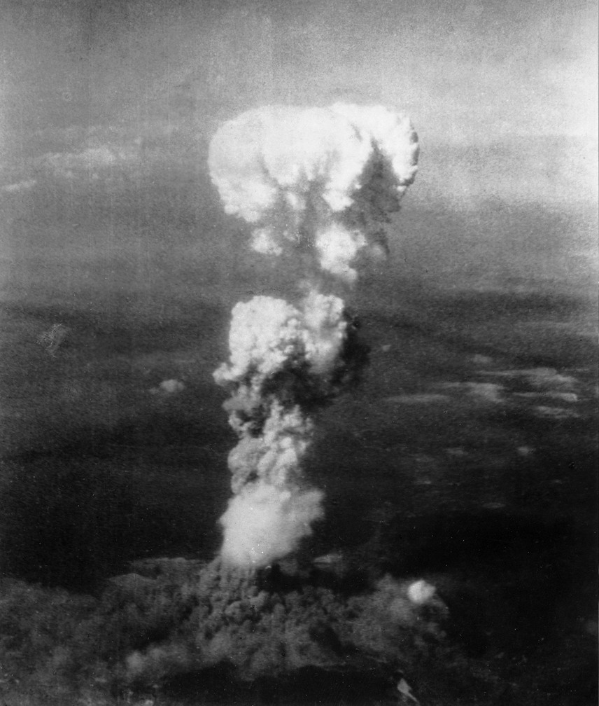Így nézett ki Hirosima a gyilkos atombomba robbanásakor. A vakító villanást követő gombafelhő képe mélyen az emberiség emlékezetébe égett, a látvány máig szívet tépő. A támadás körülbelül 70 ezer azonnali áldozatot követelt, további 70 ezer ember később, a sugárzás okozta betegség következtében halt meg.