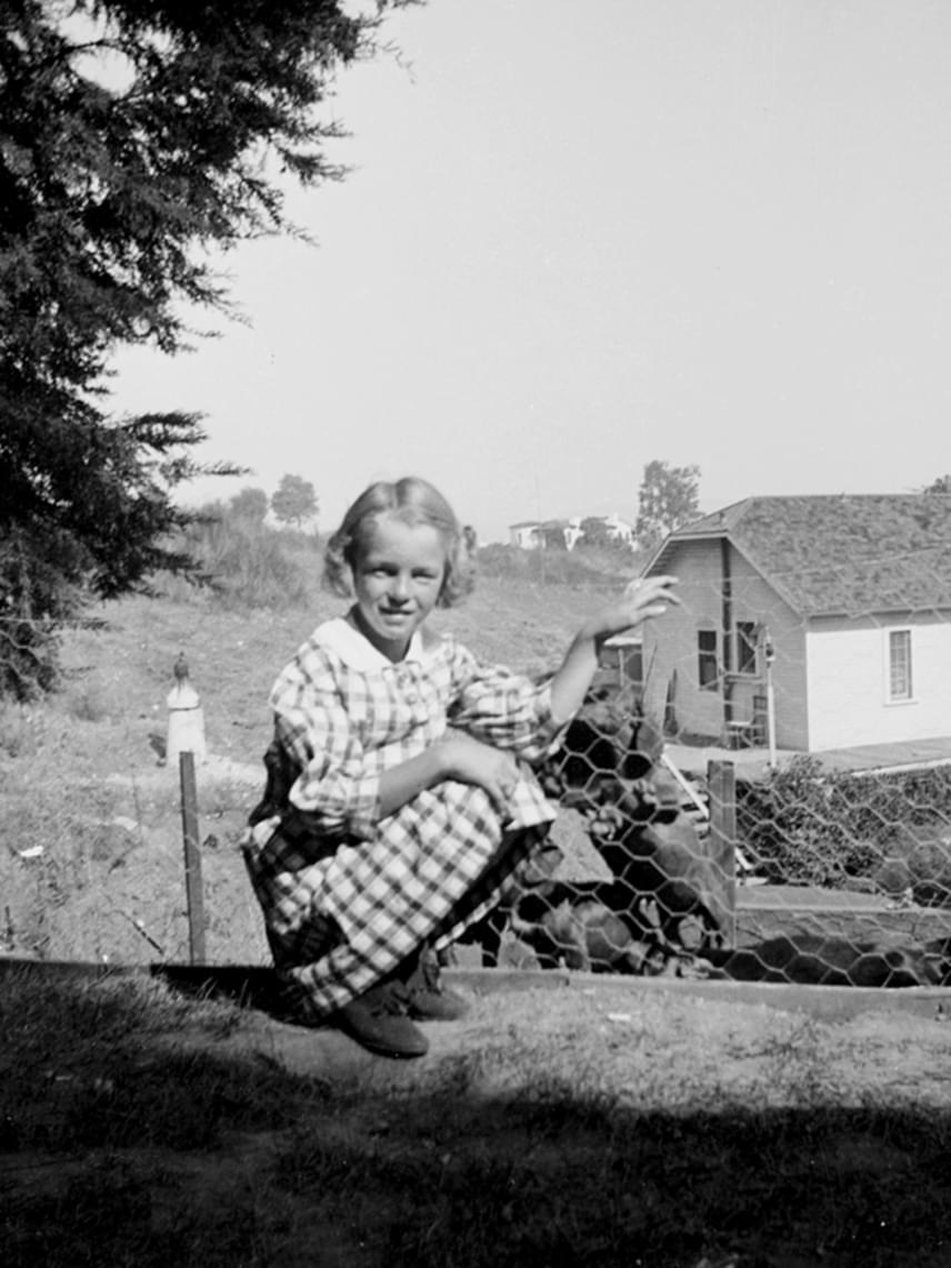Marilyn védjegyévé vált szőke fürtjei már hétéves korában is jellegzetesek voltak.