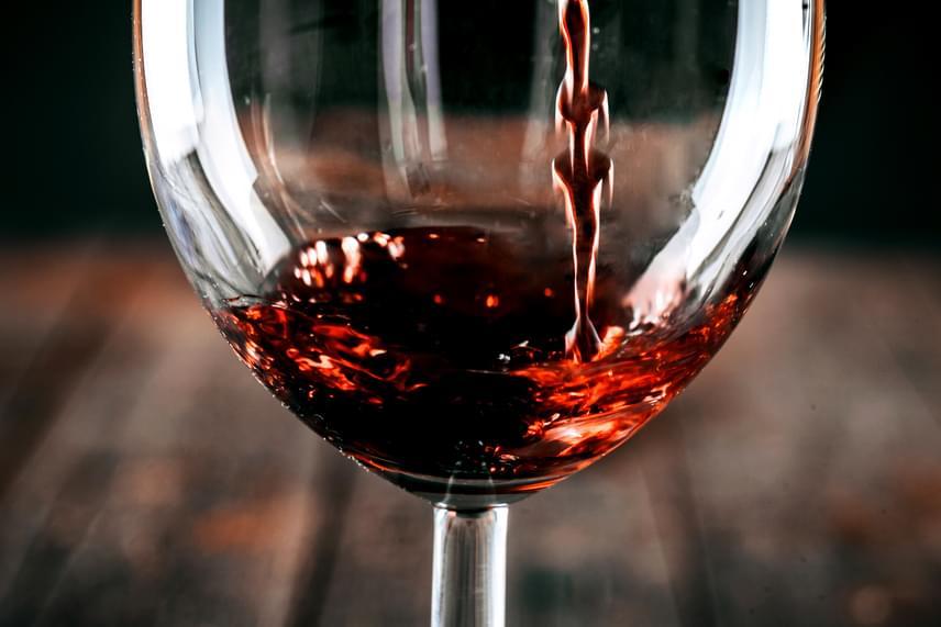 Mivel a muslincákat vonzza a cukor, olyan élelmiszerekkel, folyadékokkal, amelyek ezt nagyobb mértékben tartalmazzák, könnyen oda-, illetve el lehet csalni őket, akár csapdát készítenél, akár az elűzésük a cél. Egy kis tálkába érdemes egy kevés bort, almalevet vagy szörpöt, esetleg minimális mennyiségű sört öntened, majd ezt kitenned az ablakon kívül a párkányra. A muslincák is kivonulnak majd a lakásból, ha pedig már kint vannak, távolítsd el kívülről a tálat. Előbbi viszonylag kíméletes módszernek számít, sokan keverik azonban össze mindezt mosogatószerrel - de jó akár a méz is -, ami miatt a muslincák nem tudnak kimászni, és megfulladnak. Ha nincs otthon semmid az előbbiek közül, egyszerű cukros vizet is bevethetsz.
