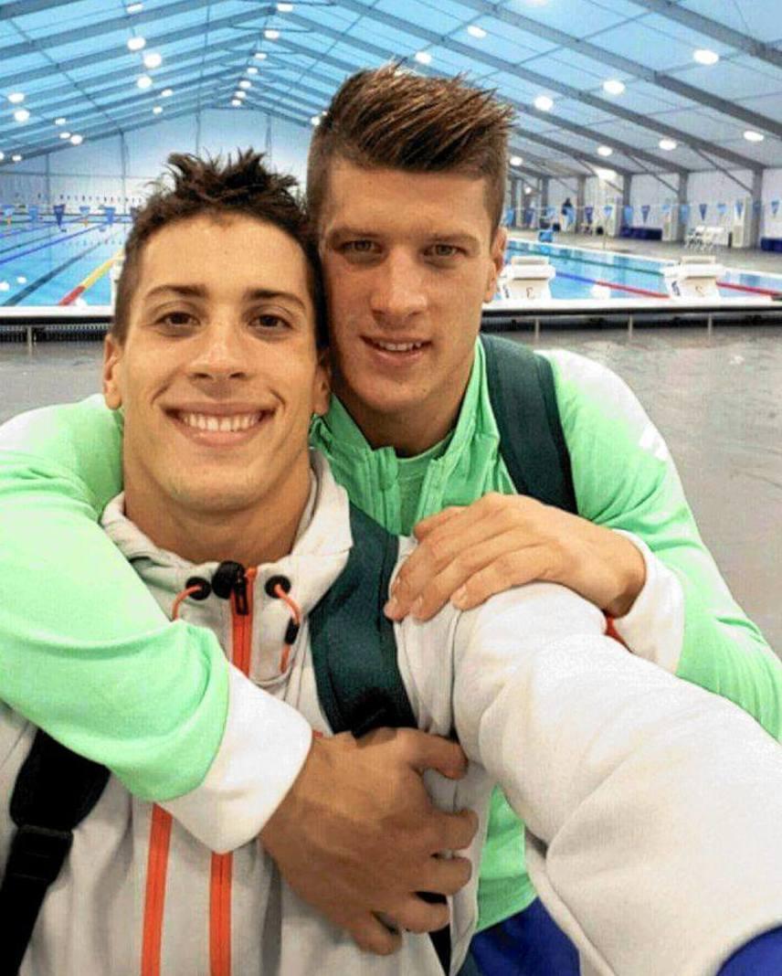 """Gyurta Dániel háromszoros világ- és kétszeres Európa-bajnok magyar úszó. A legsikeresebb, jelenleg is aktív magyar férfi versenyúszó. Kétszer szerzett érmet az olimpiák eddigi történetében: 2004-ben Athénban ezüstöt, 2012-ben pedig aranyat Londonban. Testvére, Gergely világ- és Európa-bajnok bronzérmes úszó.                         """"Összetartás.Összetartozás. Mindennek az alapja.Testvérrel, edzővel, csapattal, nemzettel"""" - írta Gyurta Dani a hétvégén készült fotóhoz."""