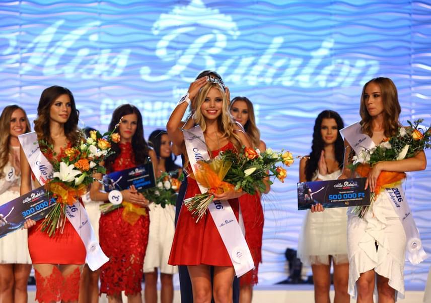 A Miss Balaton 2016 nyertese, Nagypál Krisztina és két udvarhölgye, Németh Nikolett (jobbra) és Kozma Klaudia (balra).