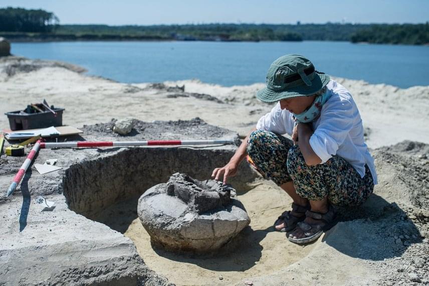 A 3-4000 éves temetkezési hely feltárását Kovacsóczy Bernadett régész vezette a községben, aki korábban a környéken egy 7. századi avar kardot is talált. A Duna-partján egyébként több ilyen bronzkori múlttal rendelkező helyet feltártak már az országban, többek között Békásmegyeren és a Baja mellett is.