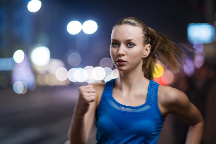 Bár a sport ajánlott a stresszoldásra és az alvászavarok kezelésére is, késő este már nem tesz jót a szervezetnek, mivel akadályozza a melatonintermelést. Az edzést éppen ezért beiktathatod akár reggel, akár délután, este azonban inkább más mozgástípust válassz!