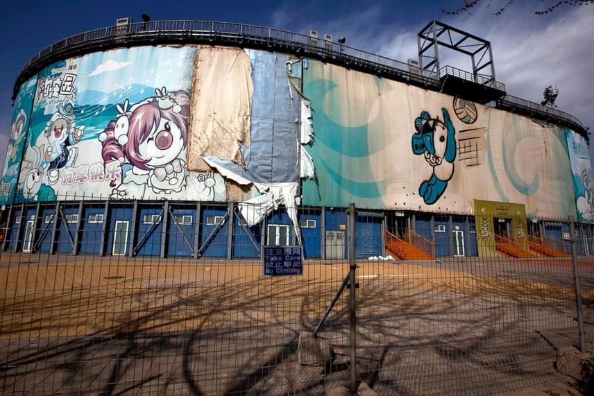 A 2008-as pekingi olimpiai helyszínek megépítése 42 milliárd dollárba került, de a létesítmények nagy része elhagyatottan áll, és kikezdték őket az elemek. A strandröplabdacsarnok vakolata hámlik, az épület szerkezete megrozzant.