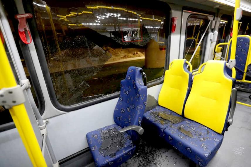 Szerencsére senkinek nem esett komoly baja: ketten könnyebben sérültek, de őket sem golyótalálat érte, csak a kitört ablaküveg szilánkjai miatt sebesültek meg.