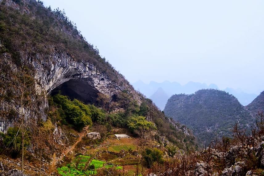 A hegyoldalból nyíló barlang bejárata kívülről nézve teljesen átlagosnak tűnik, és nem sejteti, hogy egy komplett falu húzódik mögötte.