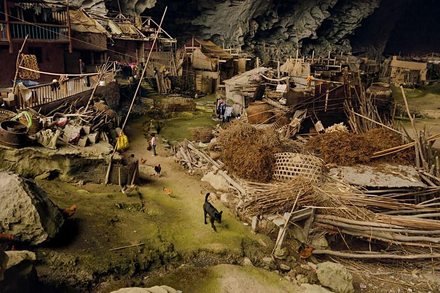 Az emberek itt fából készült kunyhókban élnek, állatokat tartanak, kézműveskednek. Egy ideje már nincsenek annyira elvágva a külvilágtól: tévét is tudnak nézni, és a helyi lap is jár nekik.