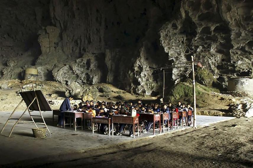 Ennek ellenére a kínai kormány 2011-ben megtiltotta, hogy a gyerekek iskolai oktatásban részesüljenek itt, mert szerintük ez ellenkezik a nemzeti elveikkel: azzal érveltek, hogy ők nem egy barlanglakó nép. A gyerekeknek ezért a városi iskolába kell járniuk, és naponta kétszer megtenni az egyórás hegyi utat.