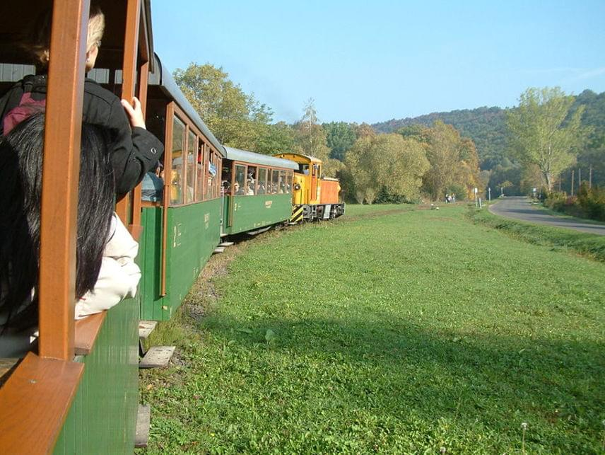 Kismarosról a KirályrétreHa egész napos kirándulásra vágysz, tökéletes választás lehet a Budapesttől nem messze található Királyrét. Kismarosra, a fővárostól mindössze 45 kilométerre kell eljutnod, ott pedig következhet az időutazás, ugyanis a településről indul a Királyréti Erdei Vasút, mellyel bejárhatod a környék gyönyörű erdőit és magát a festői Királyrétet. A vonatot 1893-ban teherszállításra használták, manapság szerencsére kizárólag a turistaforgalmat szolgálja. Kismaros, ahonnan a vonat indul, autóval is könnyen megközelíthető, de a Budapest–Szob-vasútvonalon a Nyugati pályaudvarról szinte óránként indulnak vonatok oda.