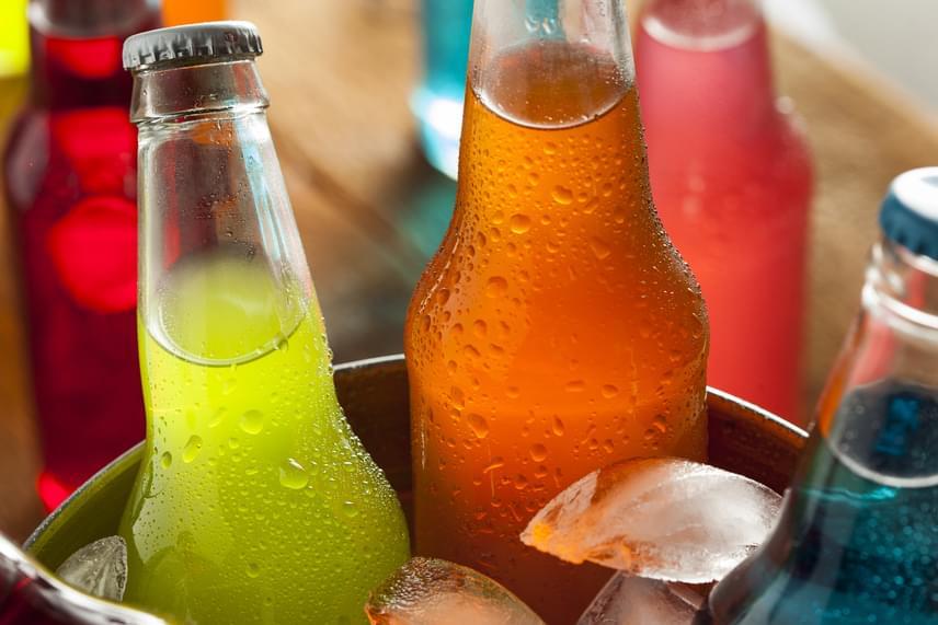 A veszélyes italokat felsorakoztató listákon általában előkelő helyen szerepelnek az úgynevezett alkoholos premixek, vagyis előre kevert italok, koktélalapok, palackozott koktélok, melyek nagy mennyiségben tartalmazhatnak tartósítószereket és cukrot, nem beszélve alkoholtartalmukról, minek révén jelen gyűjteményben gyakorlatilag bármiféle alkoholos ital szerepelhetne, különös tekintettel a tömény szeszes italokra.