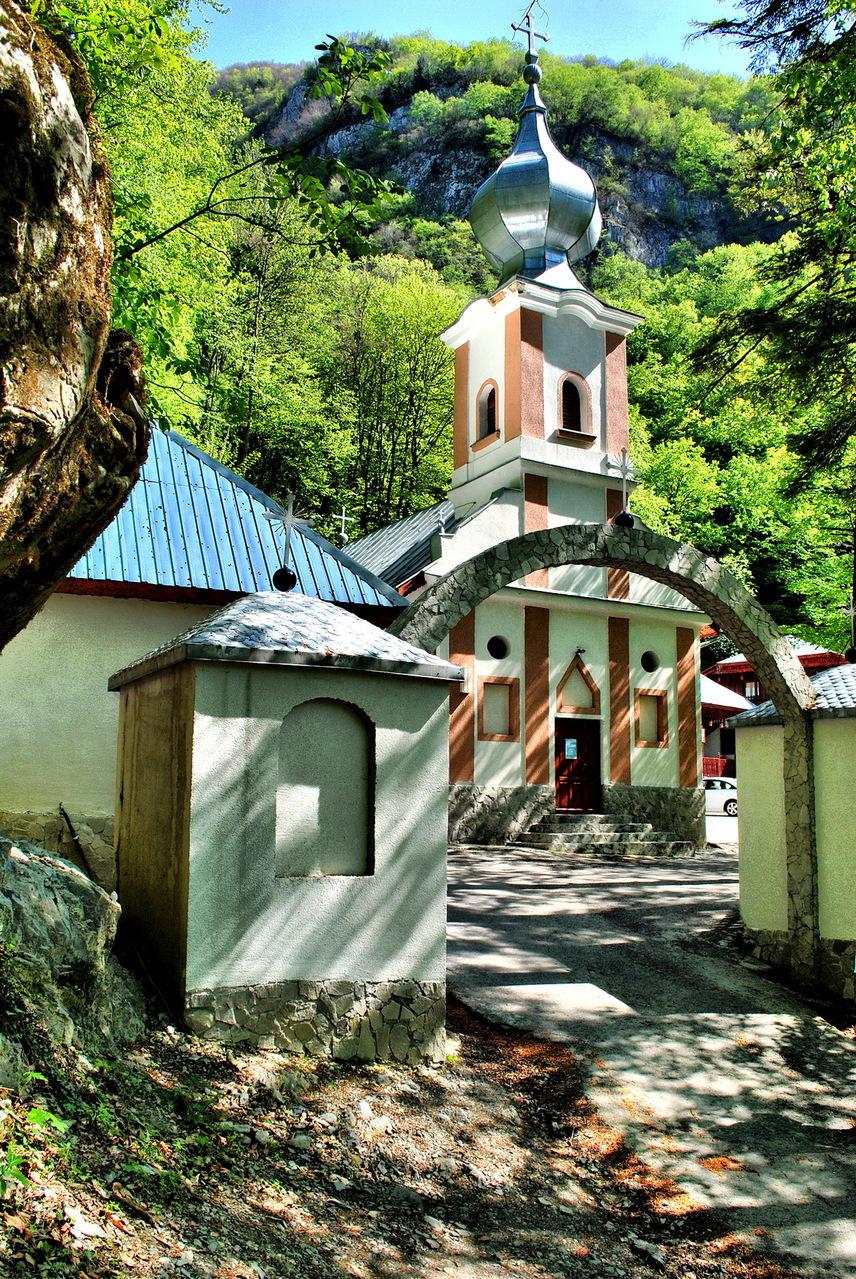 CsiklóbányaA település a Bánságban helyezkedik el. A Csiklova-patak mentén elnyúló falvat magas hegyek veszik körül. Nevét a szláv Cilko férfinévből eredeztetik hivatalosan, így biztos, hogy nincs köze a női nemi szervhez.A fotón a településen található Kalugra-kolostor temploma látható.