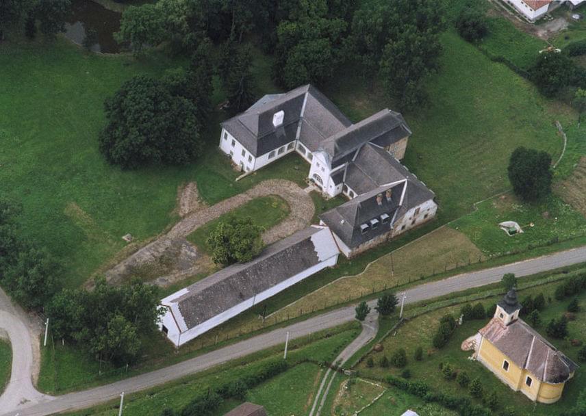 FájA község Borsod-Abaúj-Zemplén megyében, Miskolctól 50 kilométerre helyezkedik el. A Fáy család birtoka volt a terület, a nevét is róluk kapta, innen ered a szóhasználat. A kép aFáy-kastélyt ábrázolja.