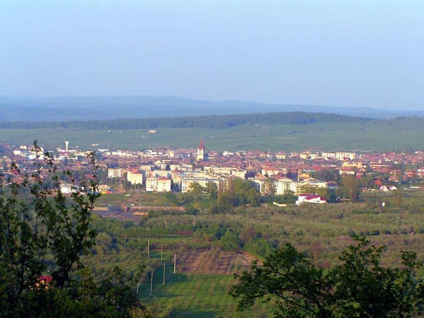 NagydisznódErdélyben, Szeben megyében fekszik Nagydisznód. A magyarral párhuzamos jelentésű német neve is, ami disznólegelőt jelent - mindkettő a település környékén működő mezőgazdaságra és állattartásra utal. A városban működik Románia második SOS gyermekfalva. A fotón a távolban Nagydisznód látható.