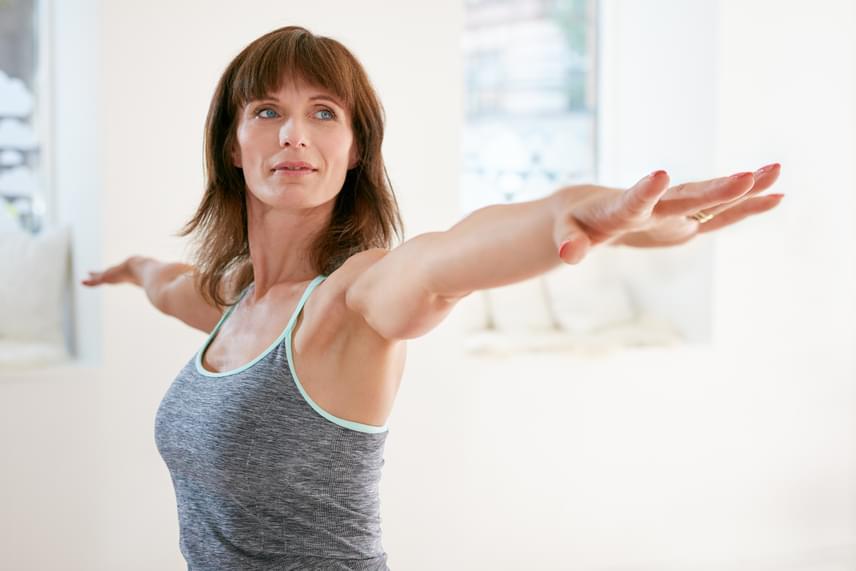 Csak azok hiszik, hogy a jóga könnyű és lazító mozgás, akik még sosem próbálták. Egyes jógagyakorlatok ugyanis - amellett, hogy átlagosan 60 kalóriát égetnek el egy 60 kilogrammos ember esetében - nagyon kemény izommunkát igényelnek. Otthon is végezhető, csupán a megfelelő mozdulatsort kell elsajátítanod hozzá.