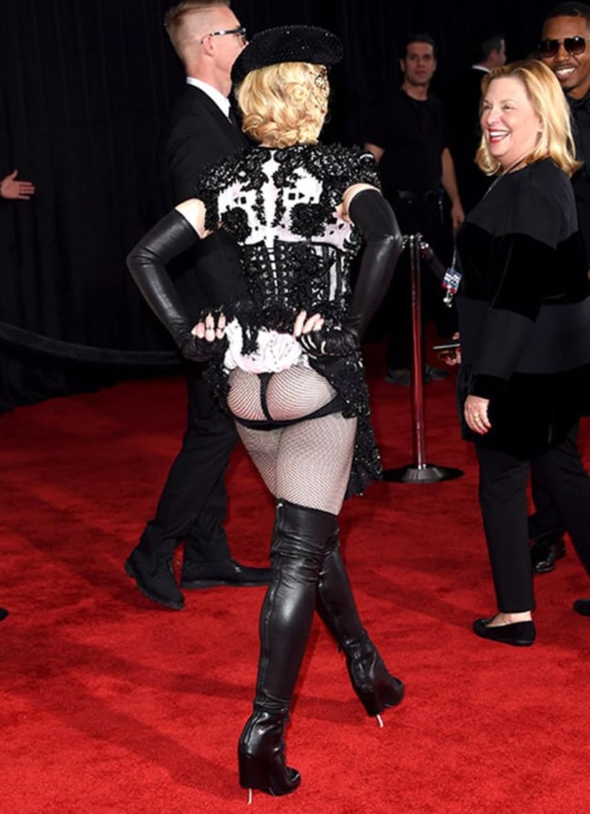 Madonna a 2015-ös Grammy-gálán villantotta meg a bugyiját ebben a matador stílusú ruhában, ami amúgy sem takart túl sokat az 57 éves énekesnőből.