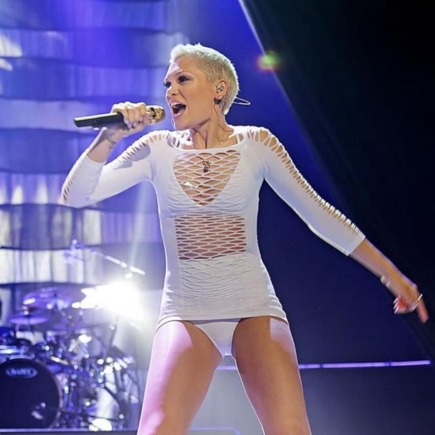 Jessie J tavaly Liverpoolban adott koncertet ebben a sokat mutató összeállításban, ami egy bugyi, melltartó és egy kiszaggatott felsőrész érdekes egyvelege volt.