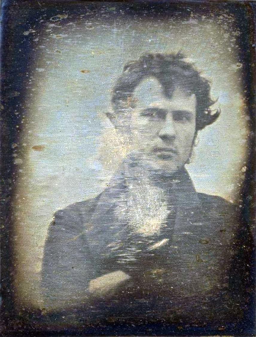 A világ első szelfijeA jóképű Robert Hinnieser Cornelius magabiztosan néz a kamerába. A philadelphiai vegyészmester önmagát örökítette meg az üzlete előtt 1839-ben. Ez az első jegyzett portréfotó a világon. Cornelius holland bevándorló volt, komoly érdeklődést mutatott a vegyészet iránt, és tudását a korszak legnagyobb dagerrotípiás fotósaival is megosztotta. A képen a férfi 30 éves, morcos tekintetű és kócos, karját pedig keresztbefonja. Apja meg is kérte, hogy a mű ne a családi üzlethelyiség falán lógjon.