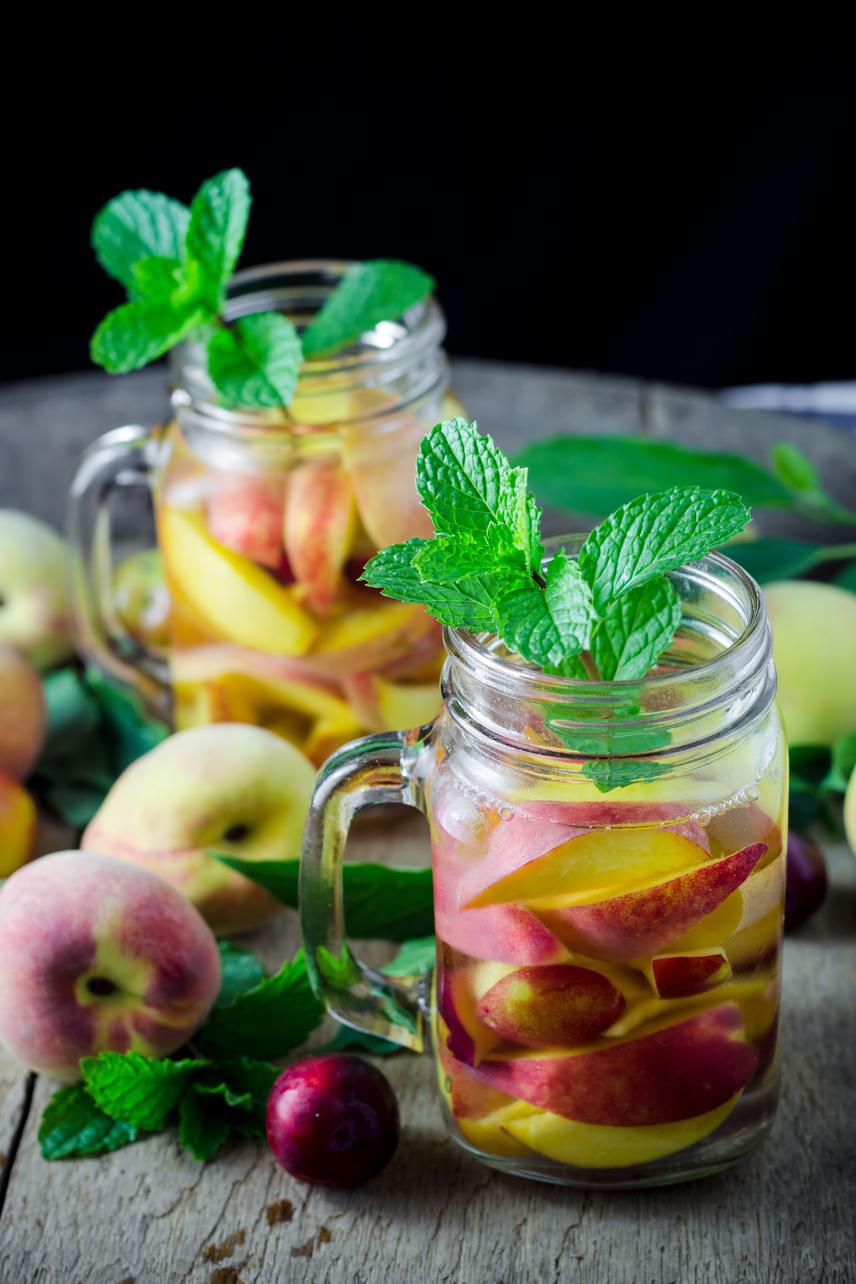 A szilva emésztésserkentő hatása közismert, ám emellett vízhajtó is, így szezonjában nagyon érdemes legalább 200 grammot elfogyasztani belőle, akár napi rendszerességgel. Ízét jól kiegészíti a hasonló hatással rendelkező nektarin. Áztass estére egy kancsó vízbe öt darab felkarikázott szilvát és egy nektarint! Az italt akár étvágycsökkentő, anyagcsereserkentő hatású mentalevelekkel is kiegészítheted.