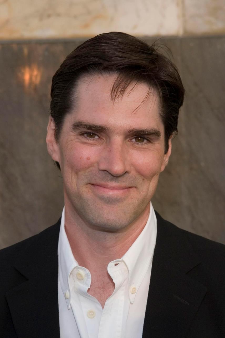 Már az ABC csatorna is megerősítette, hogy a színésznek távoznia kellett a népszerű szériából. Thomas Gibson nem ért egyet a vezetőség döntésével, szerinte tíz éven át a szívét-lelkét beleadta a munkába.