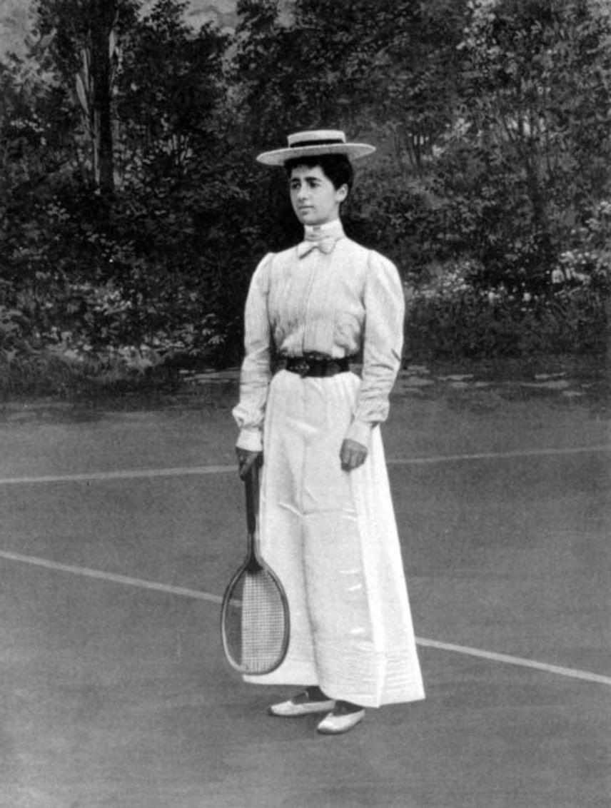 1900-ban Helen Provost ezüstérmet szerzett női teniszben Párizsban, ráadásul mindezt bokáig érő ruhában. A verseny résztvevőinek nem voltak választási lehetőségeik: a maxidressz, a hosszú ruhaujjak, a zárt nyak és a magasított cipősarok elvárás volt akkoriban.