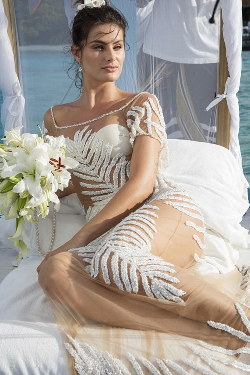 Isabeli Fontana rendhagyó ruhát szeretett volna az esküvőjére, az Agua de Coco elnevezésű brazil cég pedig teljesítette a kívánságát: egy teljesen áttetsző darabot terveztek neki, amit a kézzel készített hímzés és 30 ezer Swarovski kristály tett egyedivé.