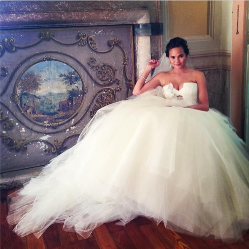 2013-ban az év esküvőjeként emlegették Chrissy Teigen és John Legend menyegzőjét. A modell három különböző ruhát is választott az eseményre: mindben jól érvényesültek nőies formái és a sokak által irigyelt dekoltázsa.