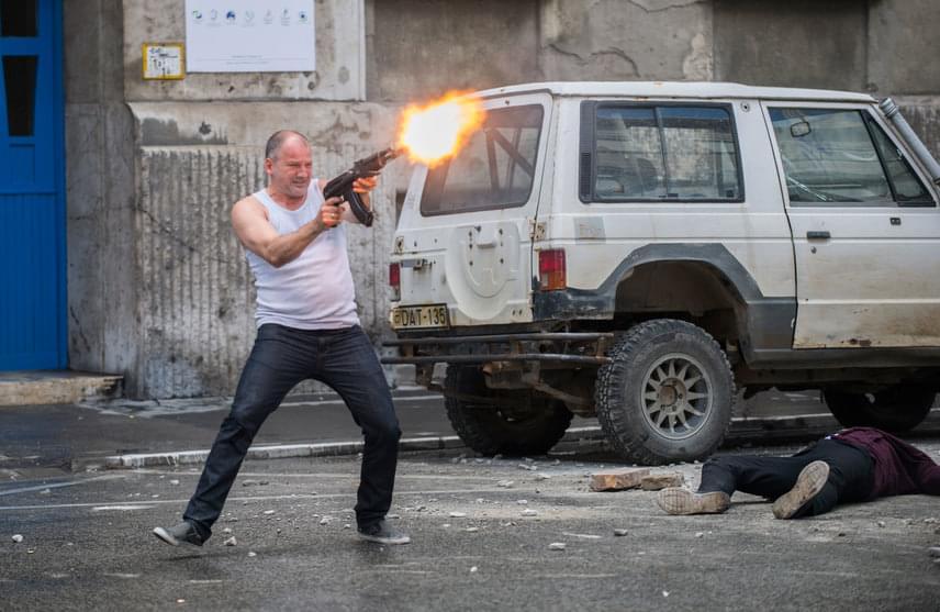 Akciójelenetekből az Aranyélet második évadában sem lesz hiány: láthatjuk Miklósi Attilát (Thuróczy Szabolcs) egy AK-47-es gépfegyverrel lövöldözni a belvárosban, Márk (Olasz Renátó) is bejelentkezett a kerületi bíróságnak helyet adó Markó utcából, de Janka (Ónodi Eszter) és Mira (Döbrösi Laura) tekintete is árulkodó volt a forgatási fotókon: nem lesz könnyebb az életük.